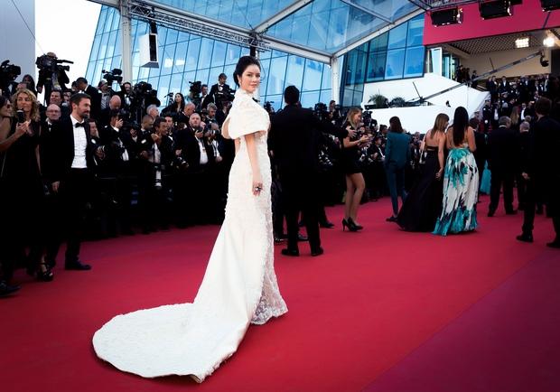 Không thua chị kém em, Lý Nhã Kỳ lộng lẫy như bà hoàng trên thảm đỏ khai màn LHP Cannes 2017 - Ảnh 8.