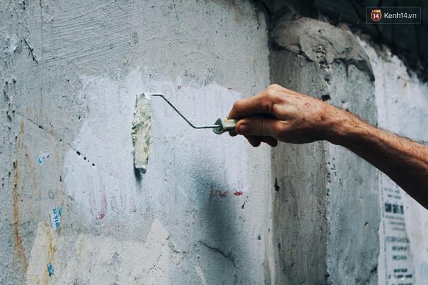 Cựu binh Mỹ miệt mài xóa sạch quảng cáo rao vặt để trả lại vẻ đẹp vốn có của ngõ phố Hà Nội - Ảnh 8.