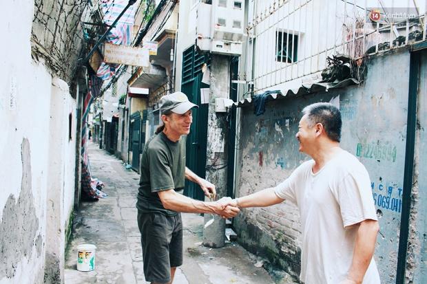 Cựu binh Mỹ miệt mài xóa sạch quảng cáo rao vặt để trả lại vẻ đẹp vốn có của ngõ phố Hà Nội - Ảnh 9.