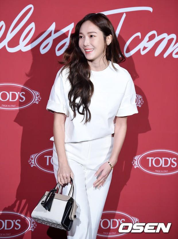 Krystal khoe tóc xoăn đẹp như nữ thần, cùng Jessica sang chảnh dự sự kiện - Ảnh 7.