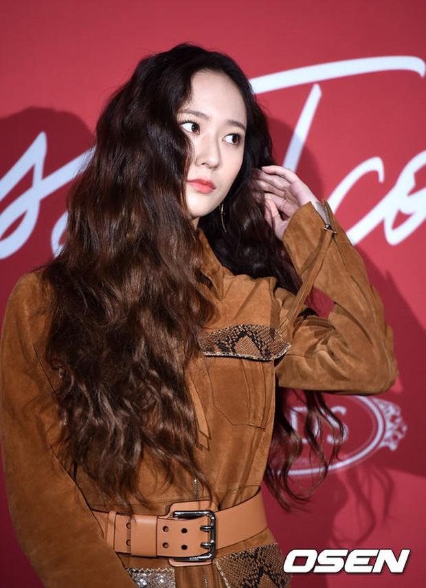 Krystal khoe tóc xoăn đẹp như nữ thần, cùng Jessica sang chảnh dự sự kiện - Ảnh 4.