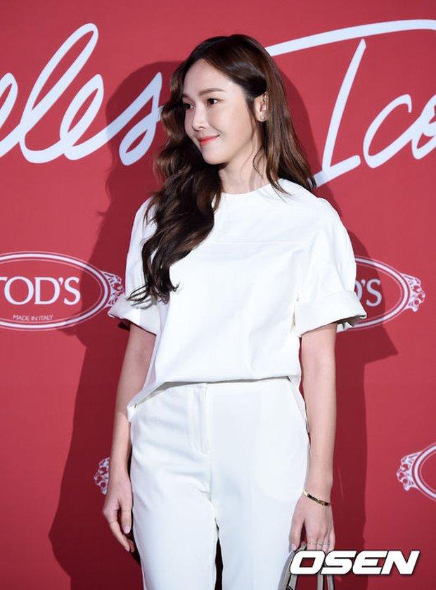 Krystal khoe tóc xoăn đẹp như nữ thần, cùng Jessica sang chảnh dự sự kiện - Ảnh 8.