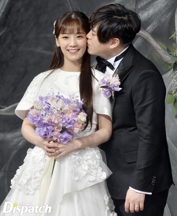 Vừa cưới được 2 tháng, trưởng nhóm H.O.T đã tuyên bố vợ kém 13 tuổi sắp sinh - Ảnh 1.