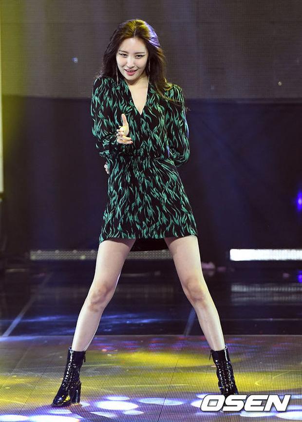 2 biểu tượng sexy bất ngờ đụng độ: Sunmi chân dài miên man hay Hyuna khoe vòng 1 gợi cảm trội hơn? - Ảnh 10.
