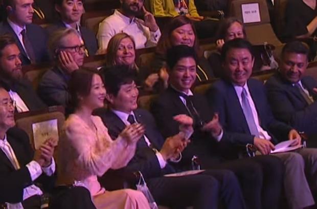 Khoảnh khắc Park Bo Gum được gọi tên, Park Bo Young tưởng bở là mình ở Seoul Drama Awards bỗng gây sốt - Ảnh 5.