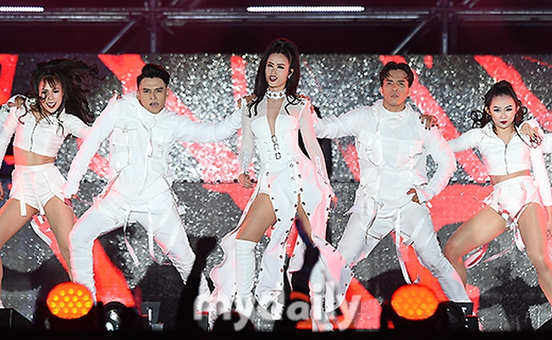 Báo chí Hàn xôn xao về sân khấu của Đông Nhi tại Asia Song Festival 2017: Một màn trình diễn tuyệt vời - Ảnh 10.