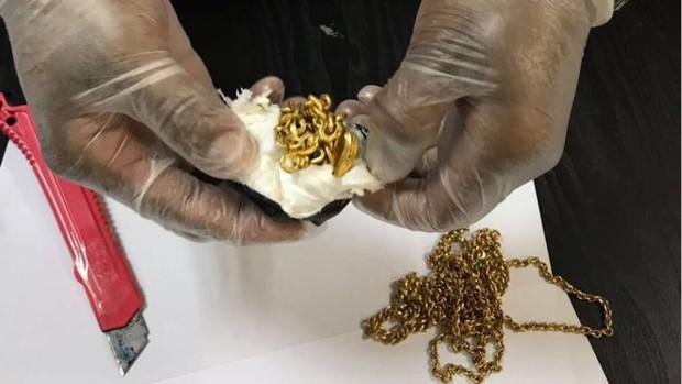Giấu gần 1kg vàng trong trực tràng - Ảnh 1.