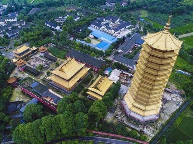 Trung Quốc: Cửu lung linh tháp gỗ 500 tuổi cao nhất châu Á bốc cháy ngùn ngụt trong biển lửa - Ảnh 7.