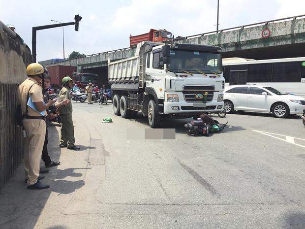 TP HCM: Nam thanh niên bị xe ben kéo lê nhiều mét dẫn tới nguy kịch - Ảnh 1.