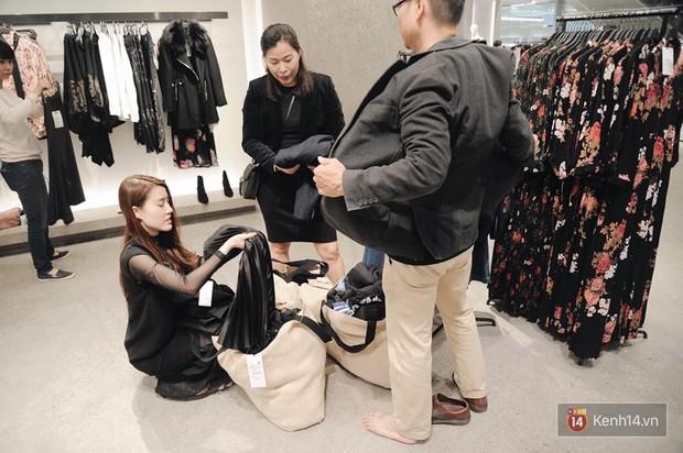 Zara Hà Nội khai trương: Tới trưa khách đông nghịt, ai cũng nô nức mua sắm như đi trẩy hội - Ảnh 5.
