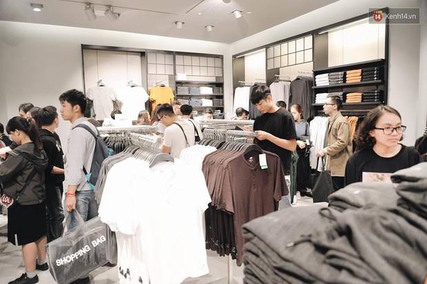 Khai trương H&M Hà Nội: Có hơn 2.000 người đổ về, các bạn trẻ vẫn phải xếp hàng dài chờ được vào mua sắm - Ảnh 27.