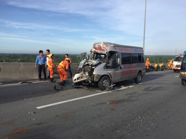TP. HCM: Container va chạm xe khách trên cao tốc, 4 người bị thương nặng - Ảnh 2.