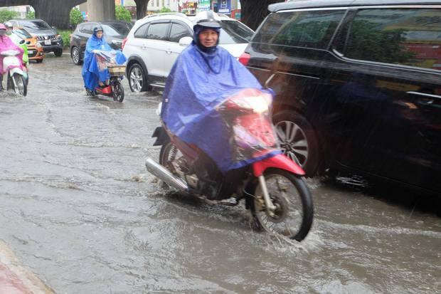 Người dân từ các tỉnh đổ về Thủ đô chật vật di chuyển trong mưa lớn sau kì nghỉ lễ kéo dài - Ảnh 5.