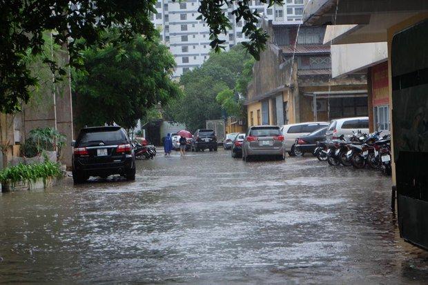 Người dân từ các tỉnh đổ về Thủ đô chật vật di chuyển trong mưa lớn sau kì nghỉ lễ kéo dài - Ảnh 13.