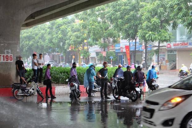 Người dân từ các tỉnh đổ về Thủ đô chật vật di chuyển trong mưa lớn sau kì nghỉ lễ kéo dài - Ảnh 8.