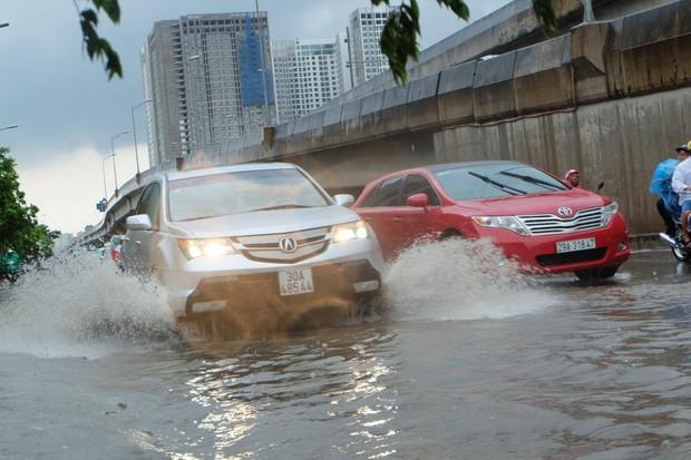 Người dân từ các tỉnh đổ về Thủ đô chật vật di chuyển trong mưa lớn sau kì nghỉ lễ kéo dài - Ảnh 10.