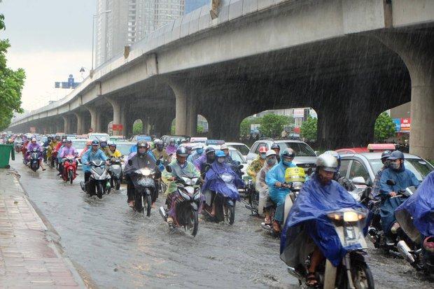 Người dân từ các tỉnh đổ về Thủ đô chật vật di chuyển trong mưa lớn sau kì nghỉ lễ kéo dài - Ảnh 4.