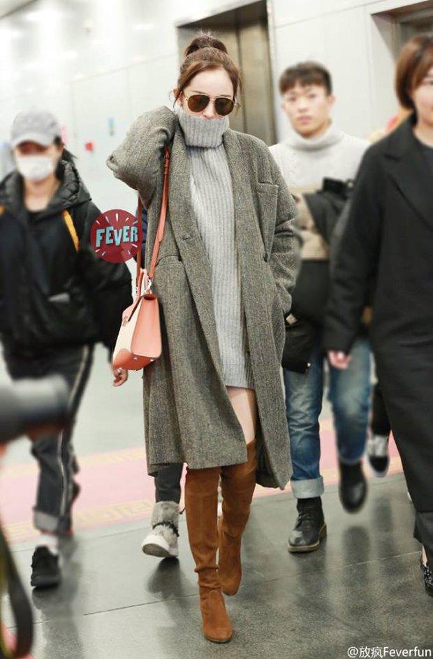 Những màn khoe chân đỉnh cao chứng minh: Dương Mịch chính là nữ hoàng sân bay số 1 Cbiz! - Ảnh 12.