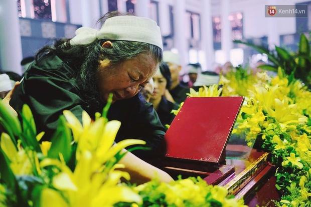 Hình ảnh khiến ai cũng rơi nước mắt: Vợ thầy Văn Như Cương ngồi khóc bên linh cữu, không thể đứng vững khi cử hành tang lễ - Ảnh 3.