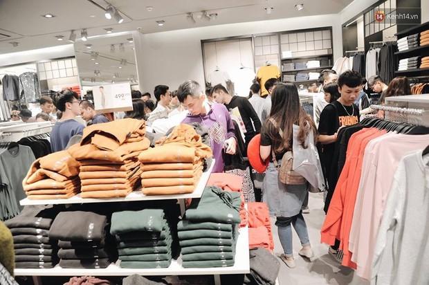 Khai trương H&M Hà Nội: Có hơn 2.000 người đổ về, các bạn trẻ vẫn phải xếp hàng dài chờ được vào mua sắm - Ảnh 26.