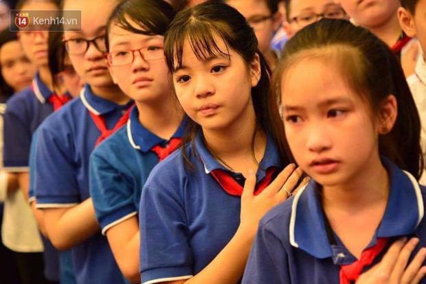 Các thế hệ học trò trường Lương Thế Vinh mắt đỏ hoe tiễn thầy Văn Như Cương - Ảnh 1.