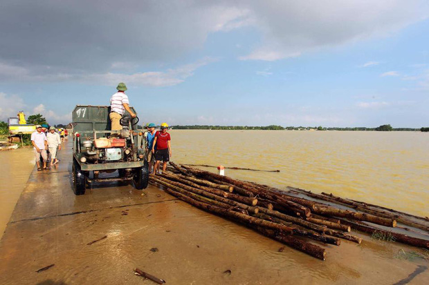 Hà Nội bác tin vỡ đê sông Bùi, một số vị trí chỉ do sạt lở, sụt lún nên bị tràn nước - Ảnh 4.