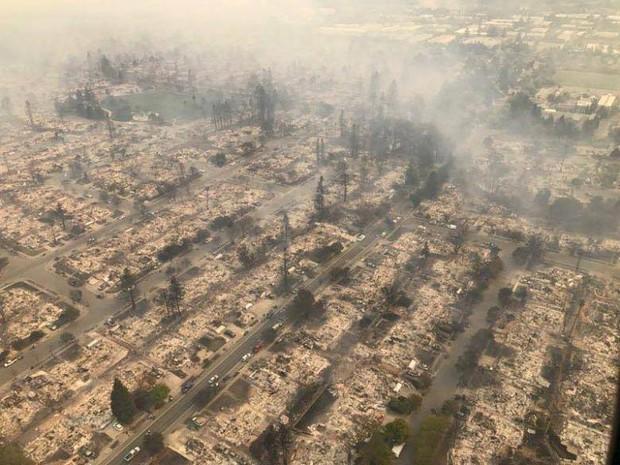 Bức ảnh gây nhói lòng trong vụ cháy rừng lịch sử tại Mỹ: Khung cảnh không khác gì một vụ thả bom nguyên tử - Ảnh 1.