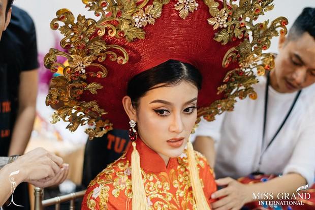 Bị cảm đột ngột, Huyền My xin lỗi vì không thể dõng dạc hô to hai tiếng Việt Nam trong phần thi trang phục dân tộc - Ảnh 4.