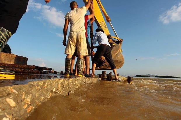 Hà Nội bác tin vỡ đê sông Bùi, một số vị trí chỉ do sạt lở, sụt lún nên bị tràn nước - Ảnh 6.