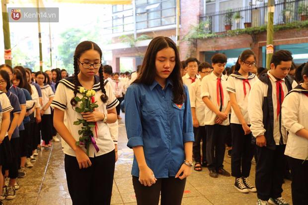 Các thế hệ học trò trường Lương Thế Vinh mắt đỏ hoe tiễn thầy Văn Như Cương - Ảnh 15.