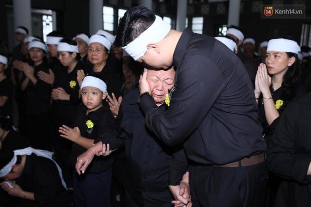 Hình ảnh khiến ai cũng rơi nước mắt: Vợ thầy Văn Như Cương ngồi khóc bên linh cữu, không thể đứng vững khi cử hành tang lễ - Ảnh 9.