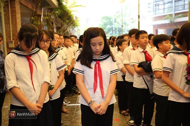 Cựu HS vừa khóc vừa hát Bài học đầu tiên tiễn biệt thầy Văn Như Cương - Ảnh 6.