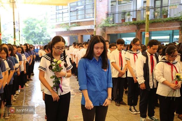 Cựu HS vừa khóc vừa hát Bài học đầu tiên tiễn biệt thầy Văn Như Cương - Ảnh 5.