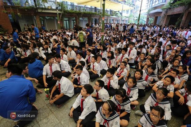 Cựu HS vừa khóc vừa hát Bài học đầu tiên tiễn biệt thầy Văn Như Cương - Ảnh 3.