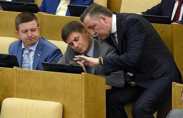 Giờ giải lao ở hội nghị chính phủ Nga: chính trị gia khoe ca vát, ăn quà vặt và selfie - Ảnh 3.