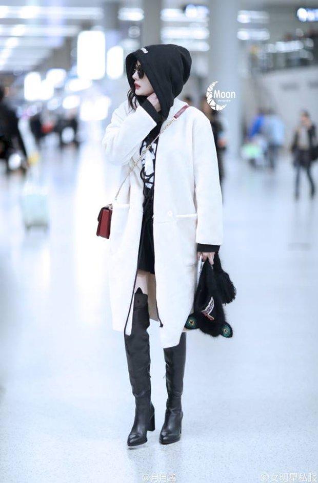 Những màn khoe chân đỉnh cao chứng minh: Dương Mịch chính là nữ hoàng sân bay số 1 Cbiz! - Ảnh 13.