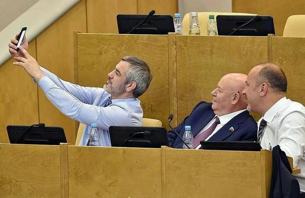Giờ giải lao ở hội nghị chính phủ Nga: chính trị gia khoe ca vát, ăn quà vặt và selfie - Ảnh 7.