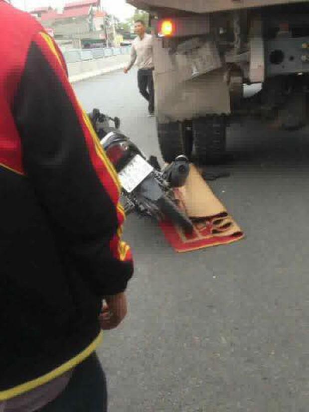 Quảng Ninh: Nam thanh niên tự đâm vào đuôi xe tải ngã ra đường, người dân cẩn thận mang chiếu ra đắp dù vẫn sống - Ảnh 3.