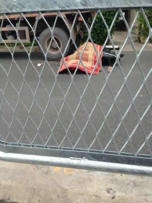 Quảng Ninh: Nam thanh niên tự đâm vào đuôi xe tải ngã ra đường, người dân cẩn thận mang chiếu ra đắp dù vẫn sống - Ảnh 1.