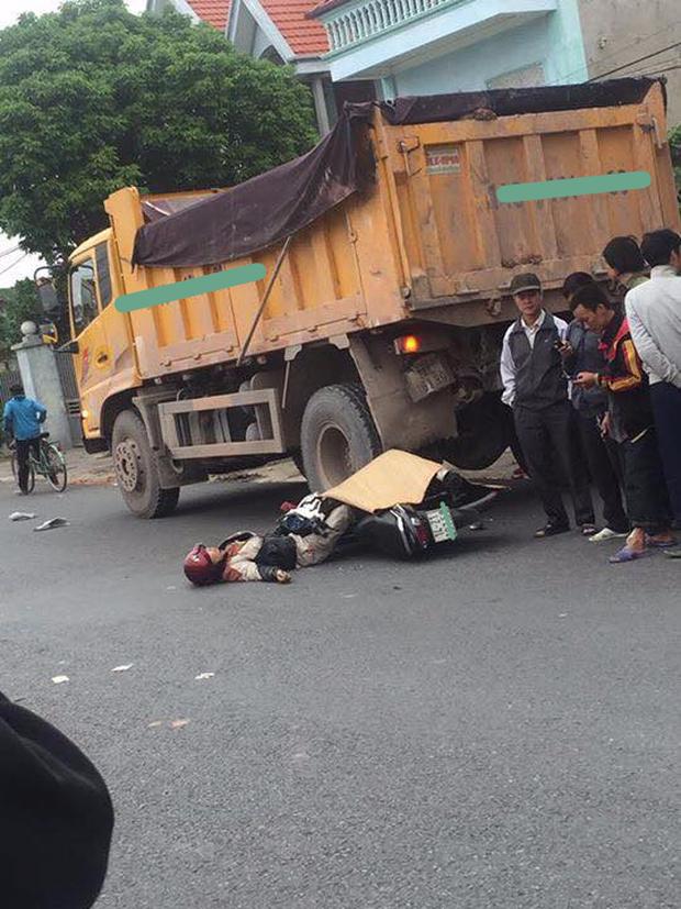 Quảng Ninh: Nam thanh niên tự đâm vào đuôi xe tải ngã ra đường, người dân cẩn thận mang chiếu ra đắp dù vẫn sống - Ảnh 2.