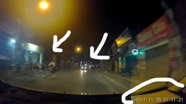 Hà Nội: Đi xe đạp dàn hàng ngang trên đường, 6 em học sinh bị ô tô tải đâm - Ảnh 1.