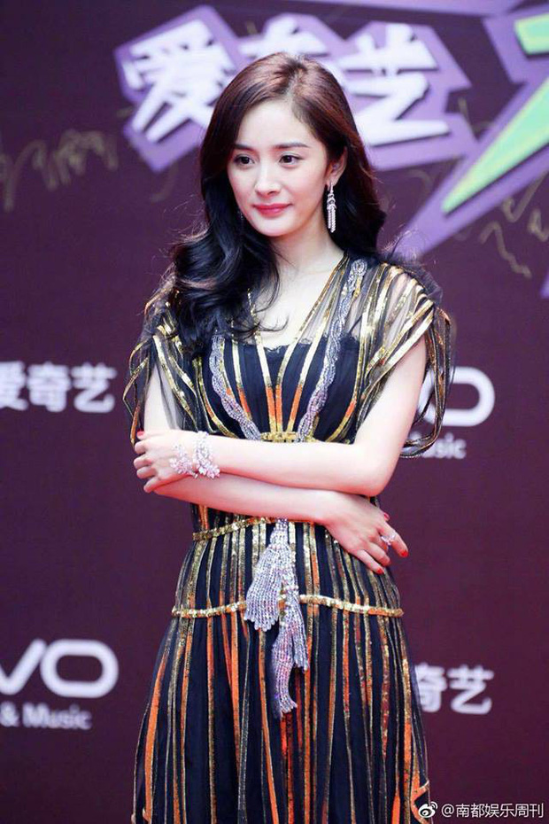 Thảm đỏ iQiYi: Dương Mịch cân cả dàn mỹ nhân Cbiz, bạn gái Trương Hàn nhan sắc ngày càng lên hương - Ảnh 1.