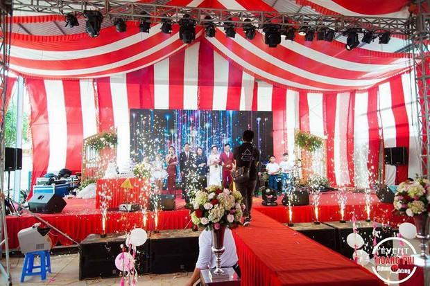 Đám cưới khủng ở Đồng Nai: Cô dâu vàng đeo trĩu cổ, rước dâu bằng xe Bentley và mời cả ca sỹ Cẩm Ly về hát - Ảnh 4.
