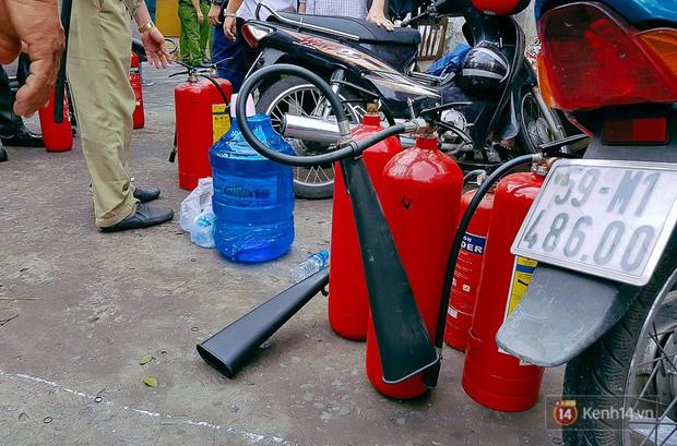 Cận cảnh hiện trường vụ cháy kinh hoàng ở Sài Gòn: Cảnh sát PCCC buồn đau vì không cứu được 3 mẹ con - Ảnh 10.