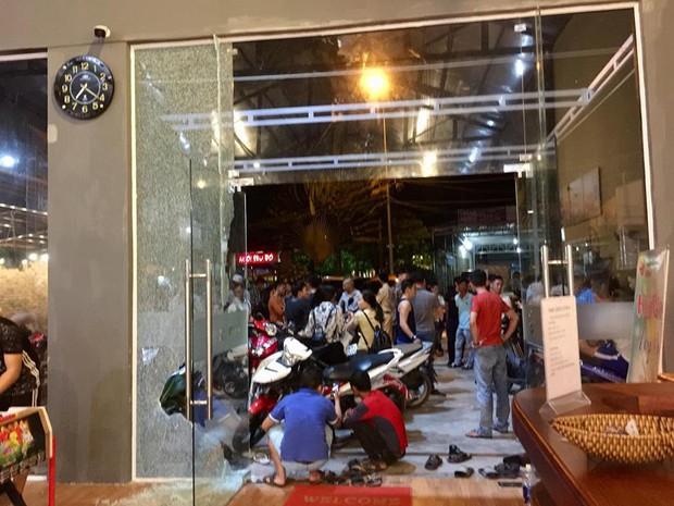 Clip: Cô gái thoát chết trong gang tấc khi xe bán tải lao thẳng vào sân phòng gym - Ảnh 4.