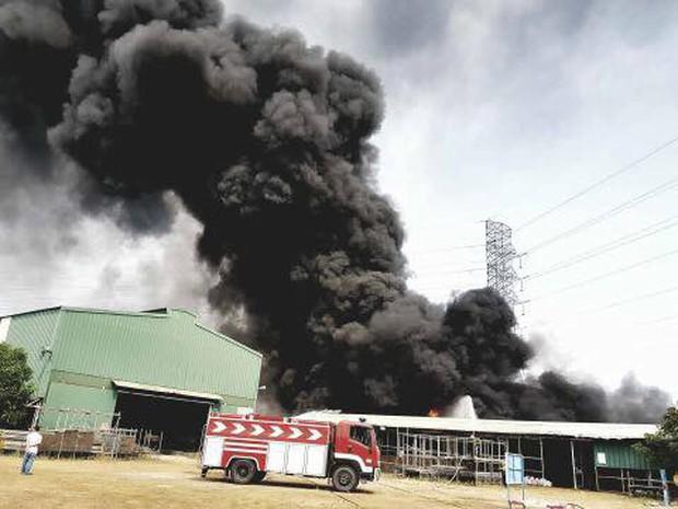 Vũng Tàu: Cháy lớn tại xưởng nhựa, cột khói khổng lồ cao hàng chục mét - Ảnh 1.