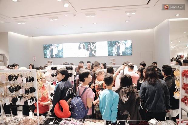 Khai trương H&M Hà Nội: Có hơn 2.000 người đổ về, các bạn trẻ vẫn phải xếp hàng dài chờ được vào mua sắm - Ảnh 24.