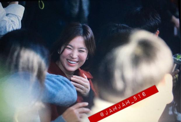 Vợ chồng Song Joong Ki và Song Hye Kyo cười tươi rói, mùi mẫn rủ nhau đến xem concert của IU - Ảnh 1.