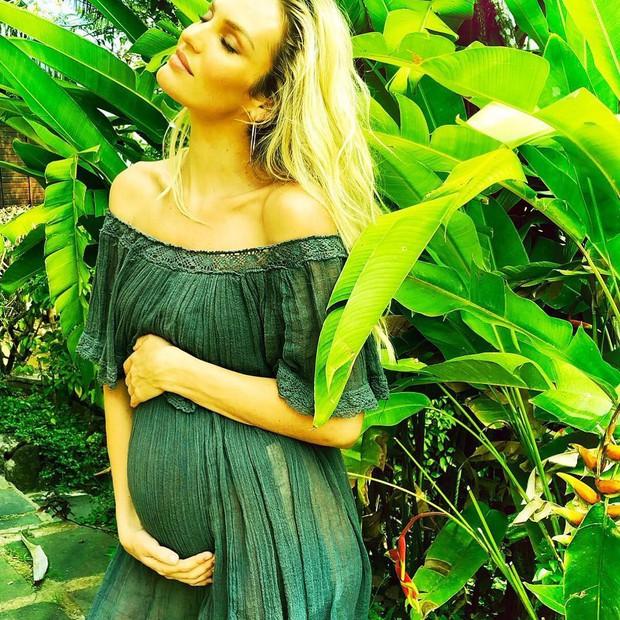 Không hổ danh là thiên thần, Candice Swanepoel đã mang bầu lần 2 mà vẫn bốc lửa như thiêu rụi cả bãi biển - Ảnh 1.