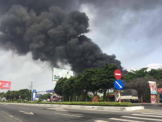Vũng Tàu: Cháy lớn tại xưởng nhựa, cột khói khổng lồ cao hàng chục mét - Ảnh 2.